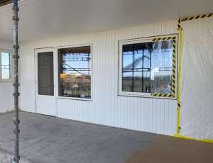 Målad panel och nya fönster, dock har man ej satt utvändiga plåtar, men man kan redan nu se hur fint det blir!